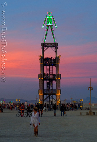 six o'clock promenade from center camp to Burning Man edifice